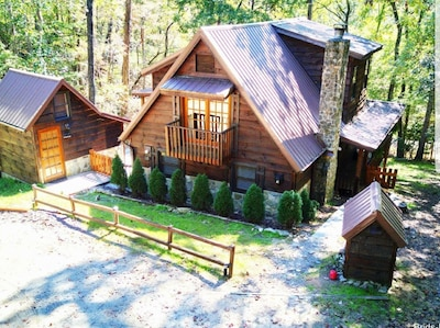 3story log cabin- mountain view, total privacy, close to shopping,fishing,dining