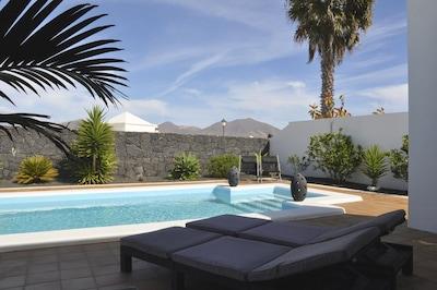 Sicht von Terrasse auf Pool