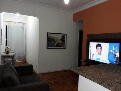 Sala com TV, Quadros africanos e sofa cama