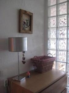 Une commode dans la chambre avec 3 grands tiroirs pour le rangement