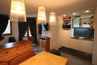 Salon avec vue sur la cuisine