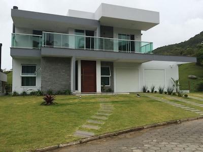 Casa Alto Padrão - 3 dormitórios - 300m do mar em condomínio Garopaba/SC