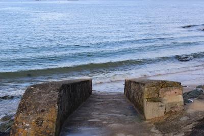 A quelques pas de la maison, un accès à la petite plage original...