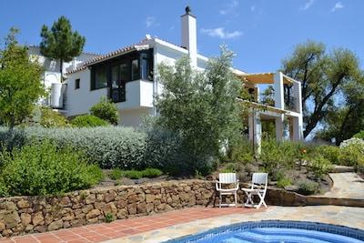 Villa aislada con vistas panorámicas, piscina climatizada privada e Internet gratis.