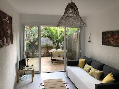 Une autre vue du salon et de la petite terrasse