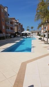Apartamento há 70 metros do mar, com excelente área de lazer, incluindo piscina.
