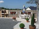 la terrasse, le salon de jardin et le barbecue