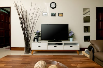 Large flatscreen with cable TV 液晶電視