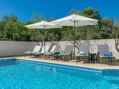 Wasser, Möbel, Himmel, Eigentum, Schwimmbad, Regenschirm, Blau, Pflanze, Baum, Azurblau