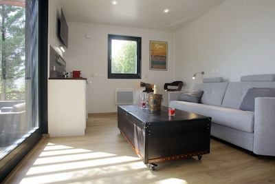 L'intérieur du chalet climatisé. Mobilier Kare Design : un canapé lit en 140