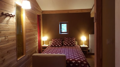 La grande chambre. Un lit confortable dans une ambiance chalet
