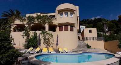Hausansicht mit drei Terrassen und Poolbereich