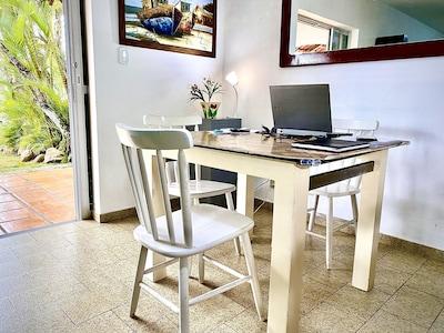 Espaço Home Office internet rápida, telefone, impressora, vista para o jardim