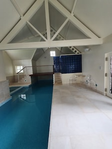 Luxury 11m 30 feet long pool. No entry in day of departure.