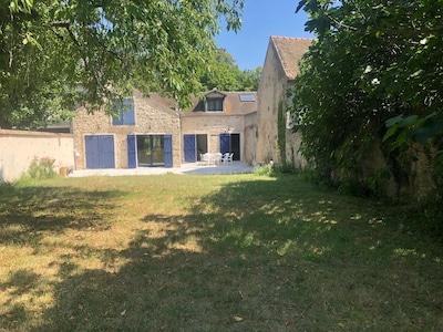 Maison avec terrasse exposée sud avec grand jardin.
