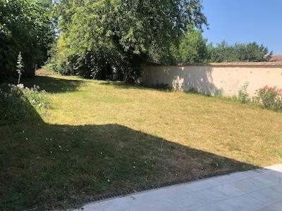 Jardin à l'arrière de la maison.
