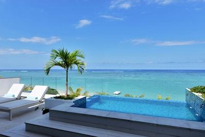 La vue spendide du lagon depuis la terrasse du penthouse