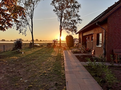 Hauseingang mit Rundumblick auf das freie Feld (Sonnenaufgang)