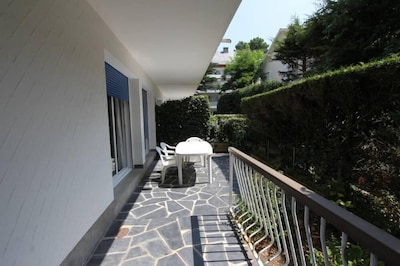 Extérieur : grande terrasse en angle privative