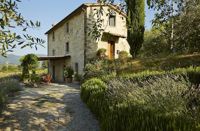 Covivoli -  3 storey Tuscan farmhouse with pergola, terrace & pool