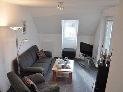 der gemütliche Wohnbereich mit Zugang zum Balkon