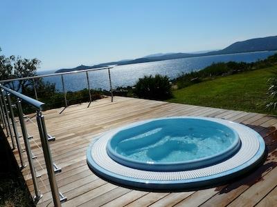 le nouveau spa à débordement avec vue sur la Baie de Pinarello