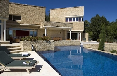 Villa Manon: Pool and House View