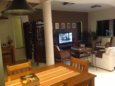 Casa moderna, 4 suítes, na Praia de Itacoatiara, a 40 minutos do Rio de Jane