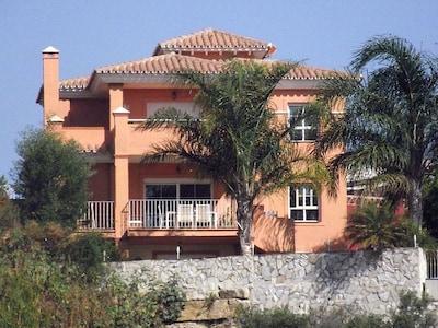 Villa de 4 dormitorios con piscina privada, jardín. Golf, Mijas Costa Fuengirola & La Cala
