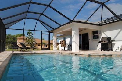 Pool, Pool-Liegen und überdachter Sitzplatz (Lanai)