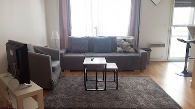 Coin salon avec un canapé lit pour deux personnes