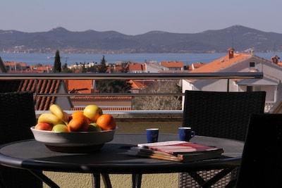 Terrasse spacieuse avec vue sur la mer et les îles