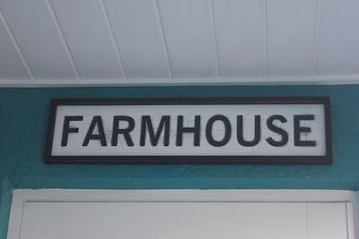 "J&J""s Chic Farmhouse (1.6 miles from the beach)"