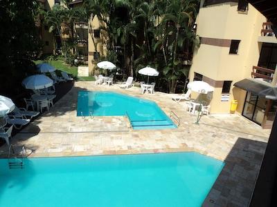 Flat com 2 piscinas, sendo uma aquecida,  terraço com churrasqueira.