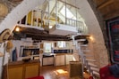 Salon avec escalier jusqu'à la chambre en mezzanine
