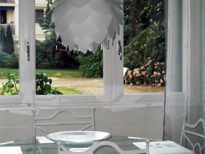 Salon - vue sur jardin, en été   Lounge - view on the garden in summer time