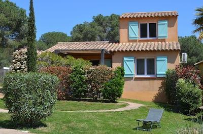 La villa à une vue dégagée sur la résidence et la nature alentour