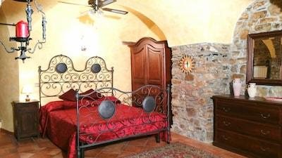 Camera da letto con antico letto in ferro battuto