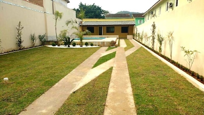 Casa com piscina, churrasqueira, e ampla área verde na rua da praia