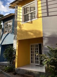 Casa Amarela em Camburizinho,ideal para curtir bons momentos em família.