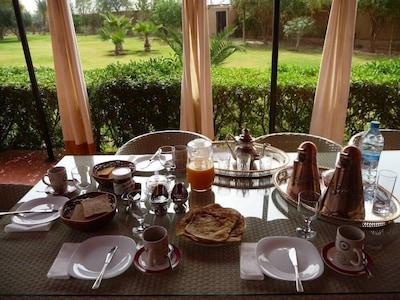 La terrasse où vous prendrez l'excellent petit-déjeuner préparé par Aïcha.