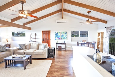 Large vaulted ceilings and air conditioning.