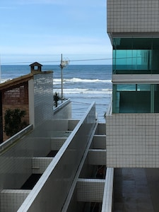 Aconchegante apartamento em edifício em frente ao mar com Wi - Fi