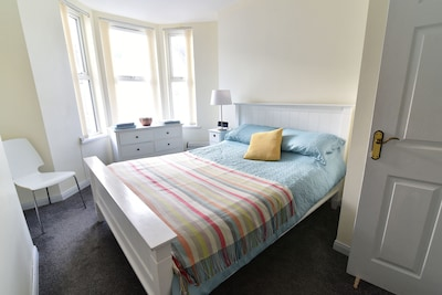 Lovely bright bedroom 1, king size bed