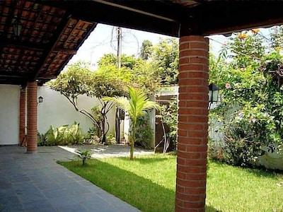 Casa confortável e arejada com 3 quartos no Jardim Rio da Praia.