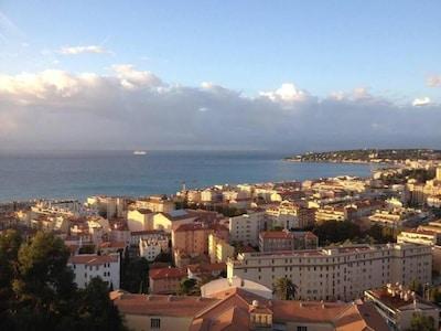 Vue du balcon magnifique de jour comme de nuit