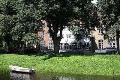 Blick auf Haus und Boot