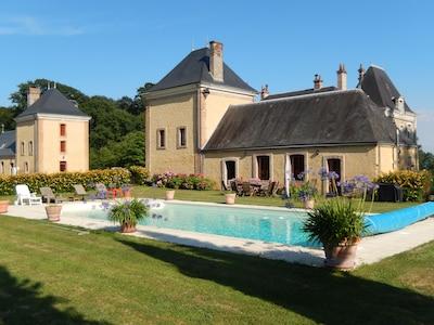 vue sur la piscine (le gîte est le bâtiment au fond à gauche)