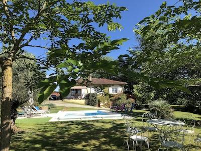 Vue de la propriété du jardin ,et de la piscine .