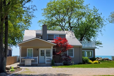 'PELEE SHORES' Point Pelee Lakefront Vacation Cottage